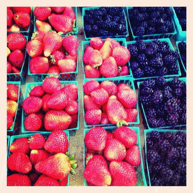 farmers-market-berries
